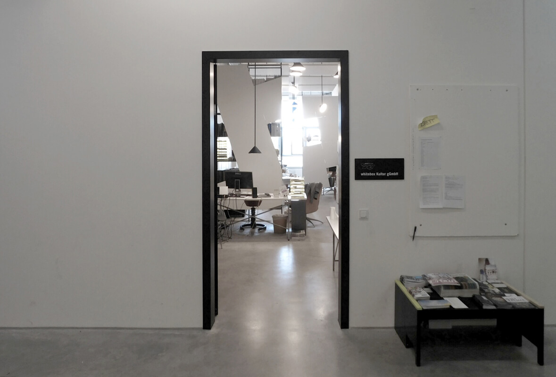 Infotisch Eingangsbereich WhiteBox München Nobla Design